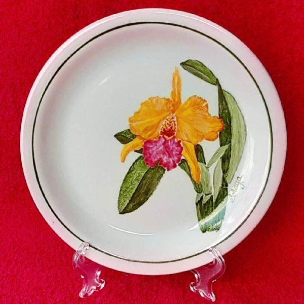 soraya-pamplona-porcelanas-pintadas-prato-de-sobremesa-orquidea-amarela-e-rosa-botanica
